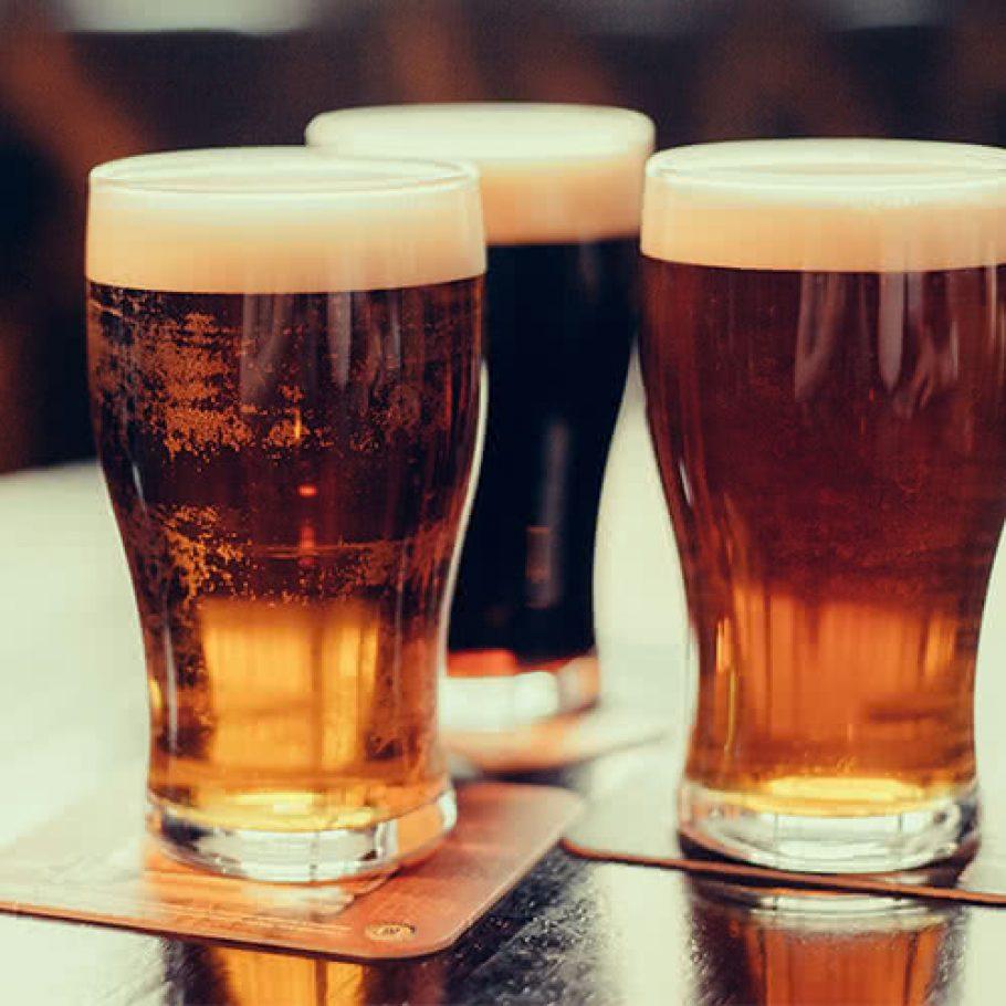 3 бокала пива на столе