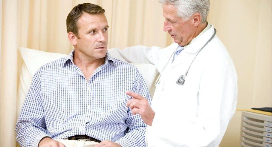 врач говорит с мужчиной