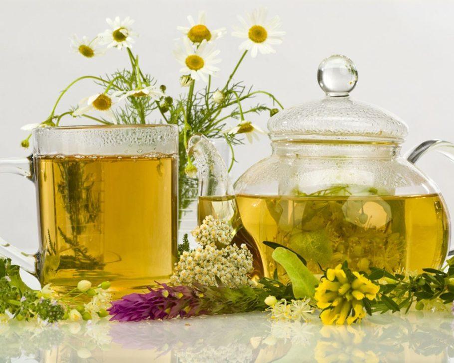 травяной чай в чашке и чайнике