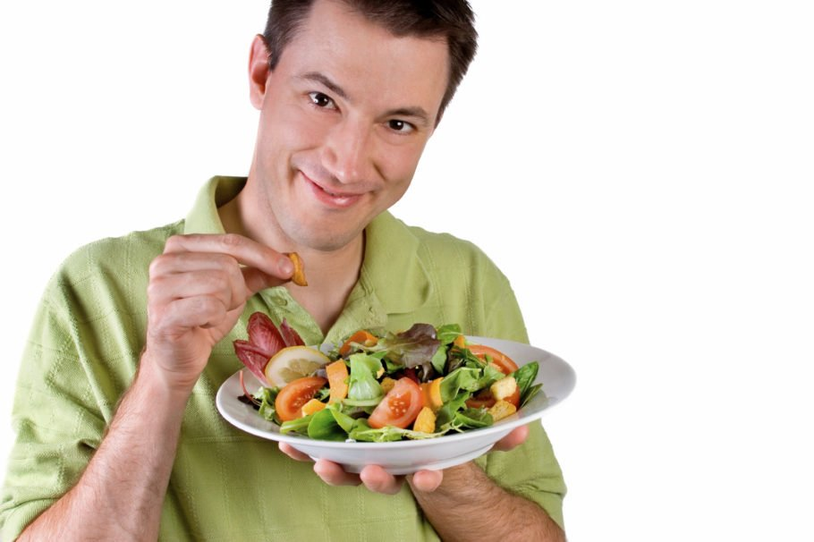 мужчина держит в руках тарелку салата