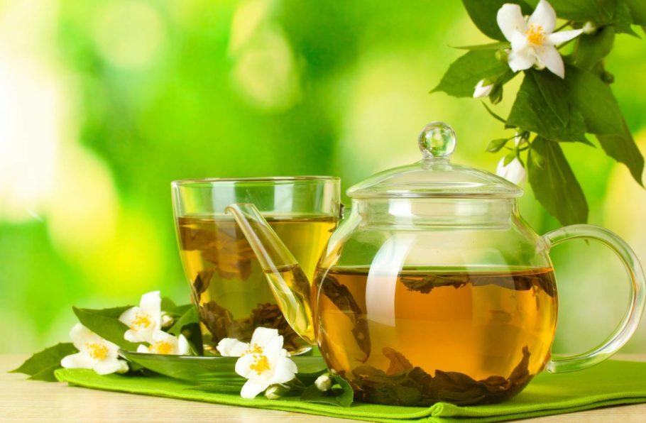 Чай в стеклянном чайнике и чашке