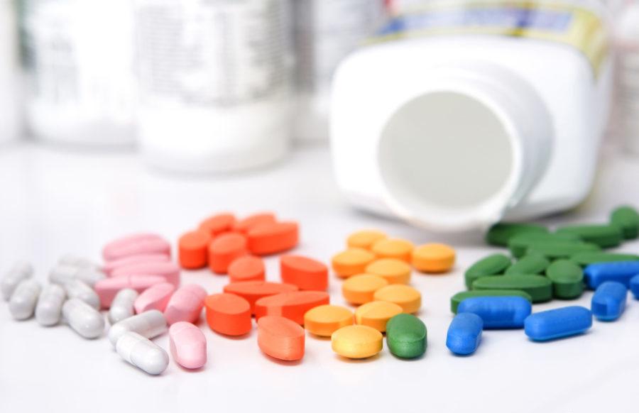 разноцветные таблетки и капсулы