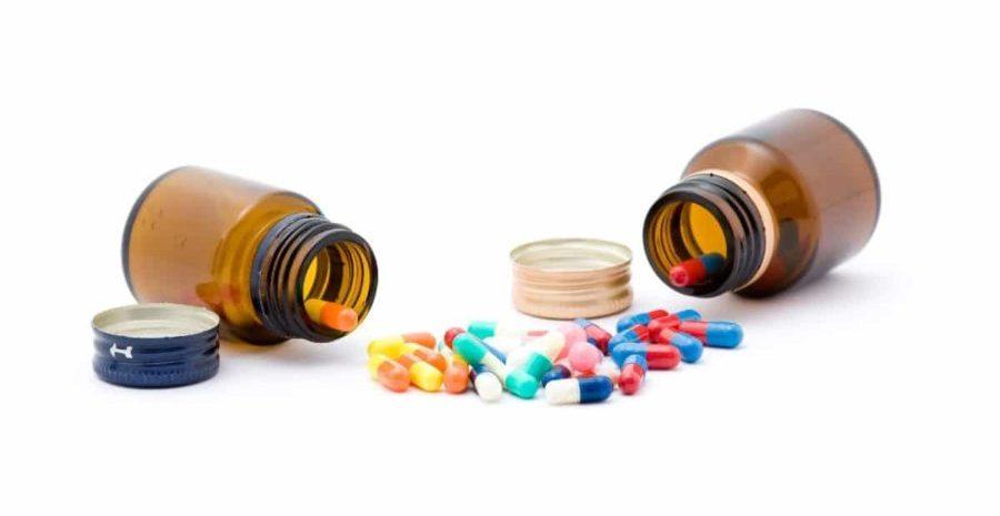 просыпанные таблетки их баночек