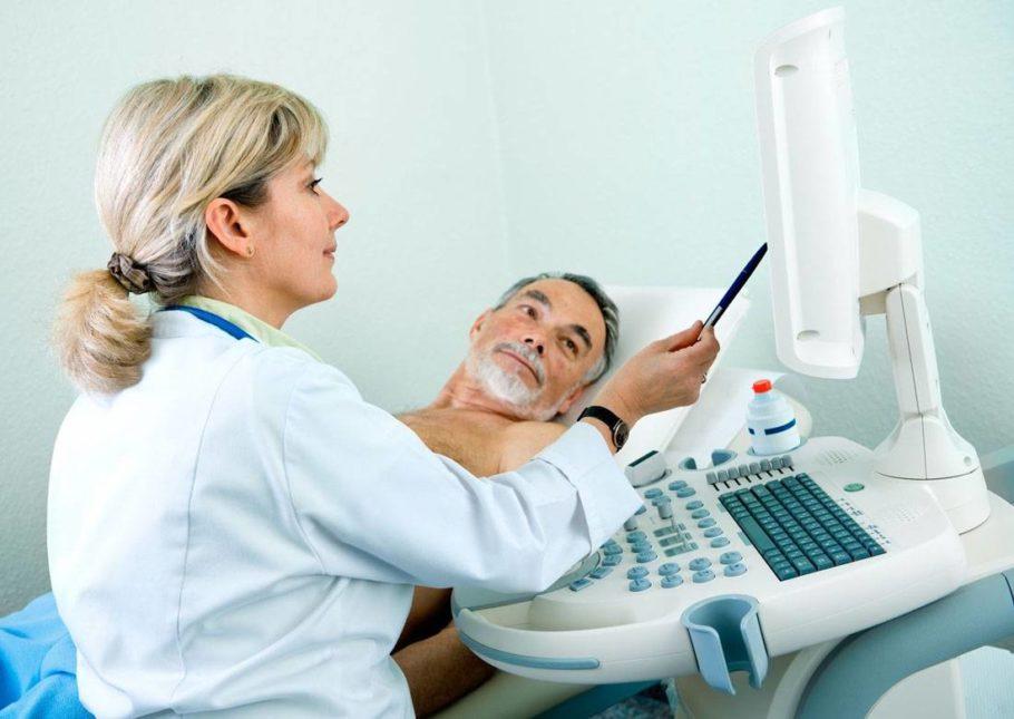 мужчина на диагностике у врача