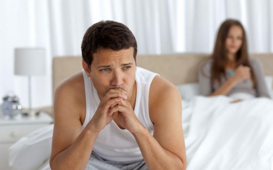 задумчивый мужчина сидит на кровати
