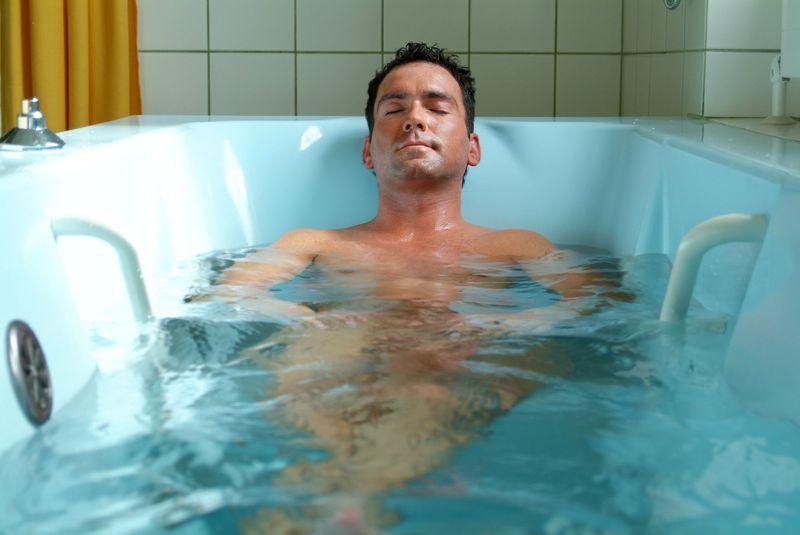 мужчина в лечебной ванне