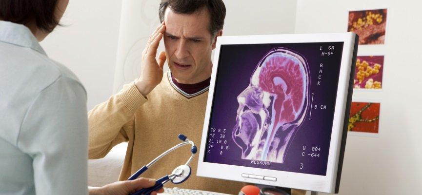 При повышении давления внутри черепной коробки пациенты жалуются на давящую или распирающую головную боль