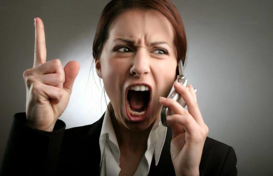 Женщина кричит в телефон